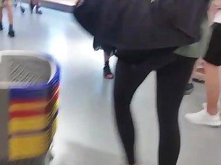 Teengirl in enger Leggins beim shoppen..